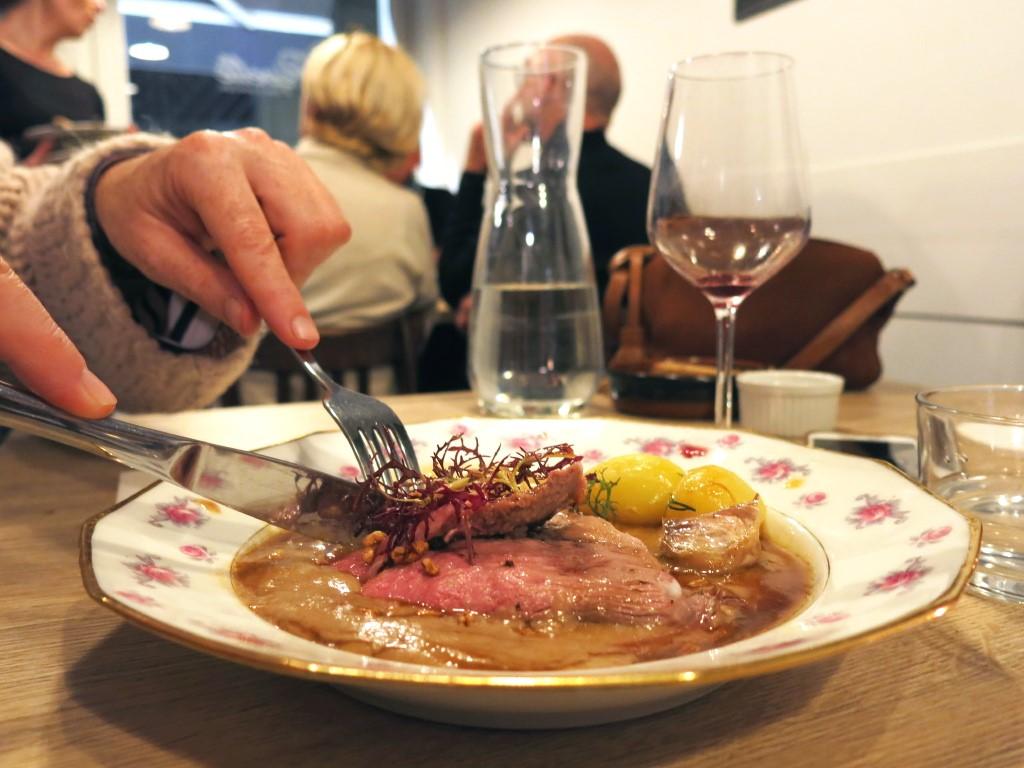 Gigot rosé jus à l'ail noir